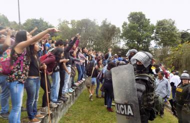 Manifestantes políticos guardan cierta distancia frente a un escuadrón del Esmad, en Popayán.
