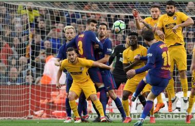 El argentino Lionel Messi ejecuta un tiro libre para abrir el marcador ante el Atlético de Madrid.