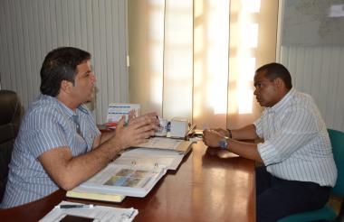 El alcalde de Riohacha Fabio Velásquez (iizquierda) reunido con Miguel Pugliese Chassaigne, alcalde en calidad de encargado.