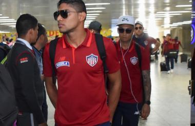 Luis Carlos Ruiz mientras salía ayer del aeropuerto.
