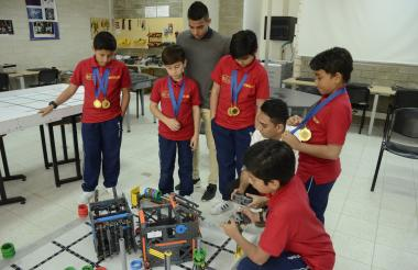 Los estudiantes Nicolás Garzón, Tomás López, Juan David Tapia, José Alfredo Ruiz y Gabriel Giraldo.