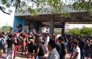 Los estudiantes protestan tras la caída del techo en sede de Bellas Artes.