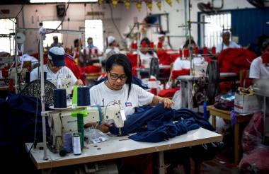 Una mujer trabajadora de una empresa de confecciones en Barranquilla.