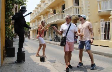 Un grupo de turistas extranjeros en el centro histórico de Cartagena.