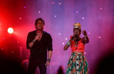 Carlos Vives y la cantante Cyntia Montaño durante un concierto en Bogotá.