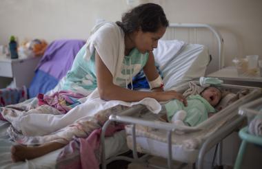 La refugiada venezolana Dayana Rodríguez, de 17 años, atiende a su hija recién nacida, Sofía.