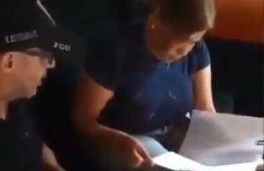 Gregoria Josefa López Ramírez cuando un agente del CTi le leía sus derechos en el procedimiento de captura.