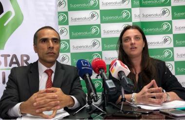 Luis Fernando Cruz, superintendente de Salud y Karen Abudinen, directora del Instituto Colombiano de Bienestar Familiar.