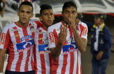 Luis Carlos Ruiz (con la seña de tres) festeja el gol del triunfo ante el Cali. Junto a él lo acompañan Luis Díaz y David Murillo.