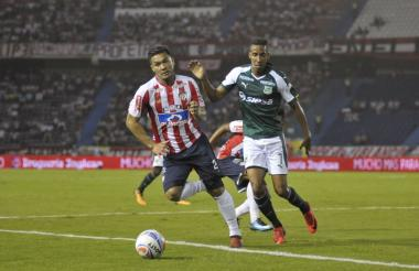 El delantero barranquillero Teófilo Gutiérrez disputa un balón con el volante John Édison Mosquera.