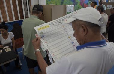 Algunos de los votantes en Barranquilla durante la jornada electoral de ayer.