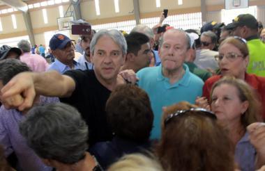 Momento en el que los senadores Jaime Amín y Roberto Gerlein protestan por la falta de tarjetones.