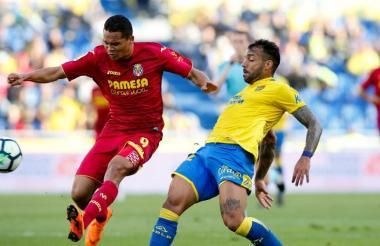 Carlos Bacca trata de acomodarse para rematar ante la marca de un defensor de Las Palmas.