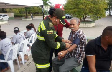 Una policía de la Unidad de Rescate atiende a una persona de la tercera edad en el colegio Don Bosco.