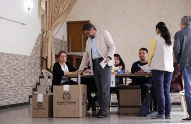 El candidato al senado de la Fuerza Alternativa Revolucionaria del Común (FARC), Ivan Márquez, ejerciendo su derecho al voto.