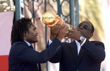 El francés Christian Karembeu le presenta la Copa del Mundo al presidente de Senegal, Macky Sall.