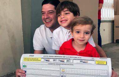 Mauricio Gómez acudió al puesto de votación en compañía de sus dos hijos.