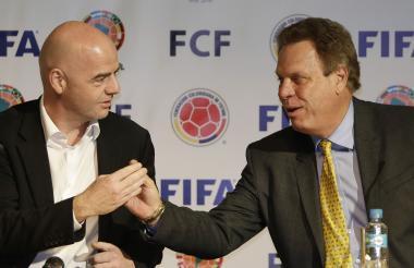 Jesurun le da la mano al presidente de la Fifa, Gianni Infantino, en su primera visita a Colombia en 2016.