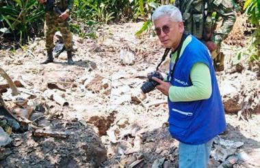 Un funcionario toma fotos en el sitio en el que fue hallada la avioneta en zona rural de Simití, Bolívar.