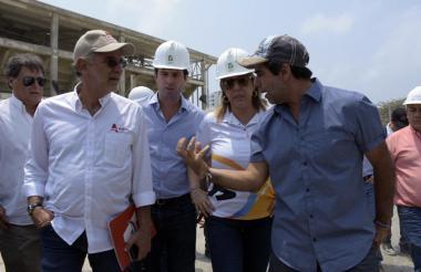 Alejandro Char, alcalde de Barranquilla, dialoga con Clara Luz Roldán y Eduardo Verano.
