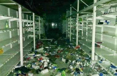 Los supermercados fueron saqueados por la comunidad.