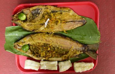 Este plato se presenta asado al carbón y relleno con gran variedad de vegetales.