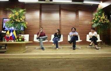 Daniel García, de la BBC; Camila Segura, de Radio Ambulante; Pere Rusiñol, periodista español, y Florence Panoussian, de la AFP, durante el conversatorio en la Cátedra Europa.