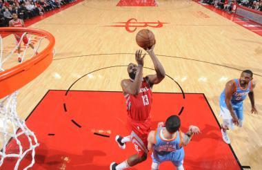 Harden, figura de los Rockets, intenta encestar.