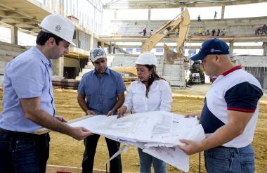 Daniel Noguera, Alejandro Char y Gonzalo Baute escuchan a una ingeniera, encargada de las obras del Palacio de Combates.