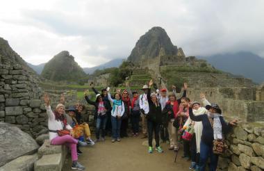Grupo de viajeros colombianos en Machu Picchu, Perú.
