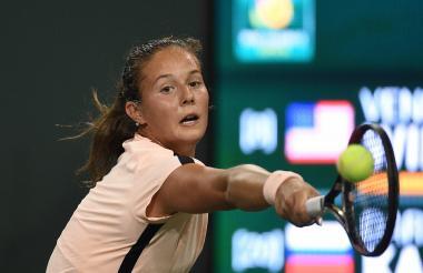 La rusa Daria Kasatkina responde a Venus Williams durante el partido de semifinal de Indian Wells.