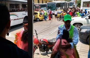 La persona herida es auxiliada por los guías de movilidad.