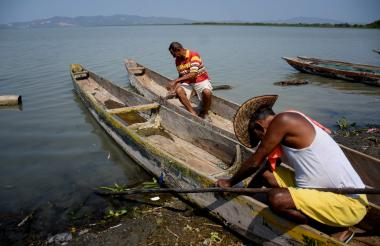 Alfonso De la Hoz y Osvaldo Guerrero permanecen con sus canoas en tierra, pues las faenas de los últimos días han arrojado resultados negativos.
