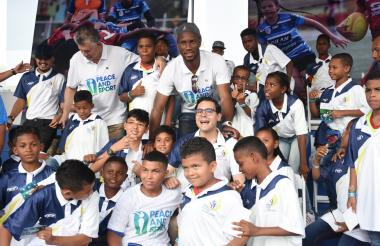 Didier Drogba compartiendo con los niños cartageneros en la Base Naval acompañados del alcalde Sergio Londoño Zurek (e).