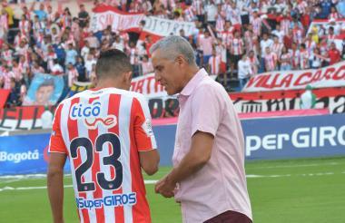 Alexis Mendoza le da indicaciones a Luis Díaz.