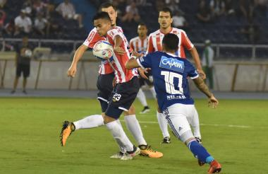 Díaz conduce la bola ante la marca de Montoya.