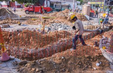 Un obrero trabaja en la instalación de la tubería en la carrera 50, entre las calles 60 y 62.