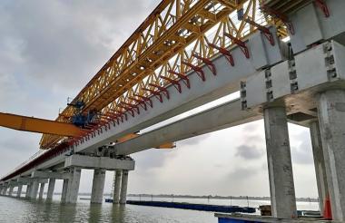 Esta estructura está compuesta por 129 secciones, una viga cabezal, tres vigas y una losa superior o tablero de 37 metros de longitud.