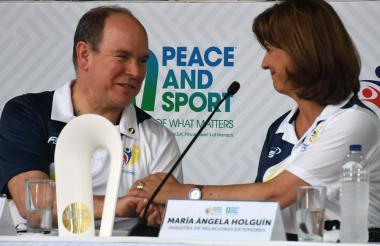 Alberto de Mónaco y la canciller María Ángela Holguín.