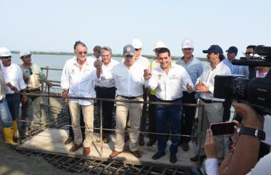 El presidente Santos junto al gobernador de Bolívar y del Atlántico.