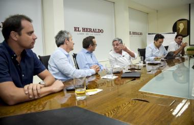 El director de Cormagdalena, Alfredo Varela; el director del Invías, Carlos García; el director de EL HERALDO, Marco Schwartz; el ministro de Transporte, Germán Cardona; César Peñaloza, viceministro de Infraestructura, y el director de la CCI seccional Norte, Carlos Rosado.