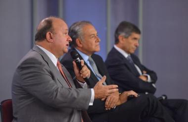 El vicepresidente de la República, general Óscar Naranjo; el ministro de Defensa, Luis Carlos Villegas, y el ministro para el Posconflicto, Rafael Pardo.
