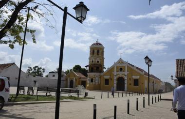Plaza y fachada de una de las iglesias que se encuentran ubicadas en el municipio de Mompox, Bolívar.