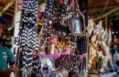 Venta de productos artesanales de tipo religioso en el centro de Barranquilla.