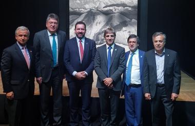 El ministro de Hacienda, Mauricio Cárdenas, y el presidente del BID, Luis Alberto Moreno,con otros miembros de la delegación de Colombia.