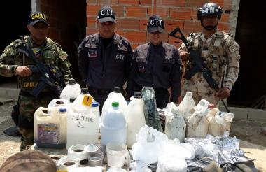 Miembros del Ejército y del CTI de la Fiscalía hallaron varios utensilios para la producción de la cocaína.