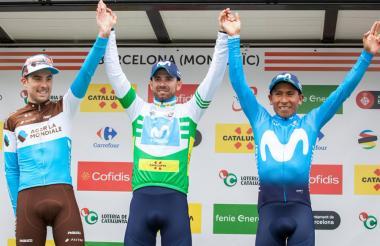 El español Alejandro Valverde, en medio del colombiano Nairo Quintana, segundo, y el francés Pierre-Roger Latour, tercero.