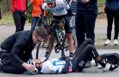 El ciclista colombiano Egan Bernal recibiendo atención médica en la Vuelta a Cataluña.