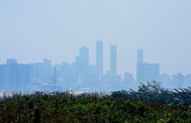 Barranquilla cubierta de capa espesa de humo, producto de la quema.