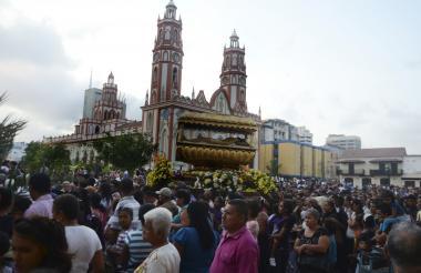 Fieles católicos asistentes a la procesión de la Iglesia San Nicolás de Tolentino.